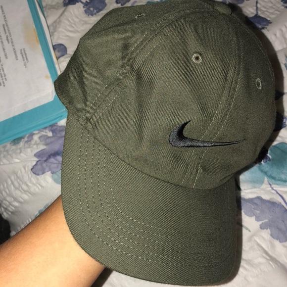 olive green Nike hat. M 5a79141ac9fcdf7b446a189a 54592df1074